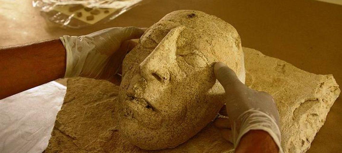 Descubren cabeza de rey maya modelada en estuco