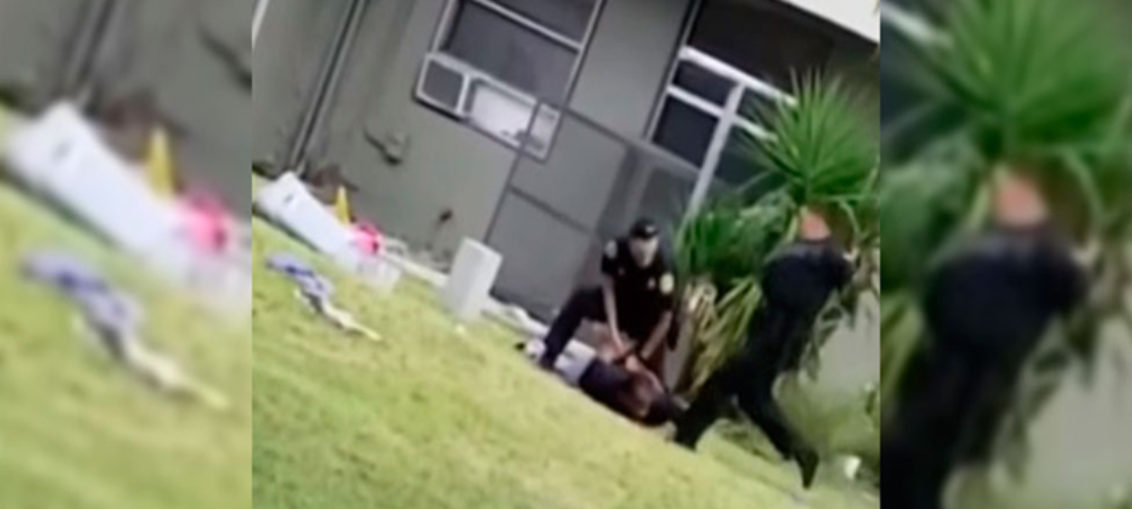 Policía patea a adolescente esposado