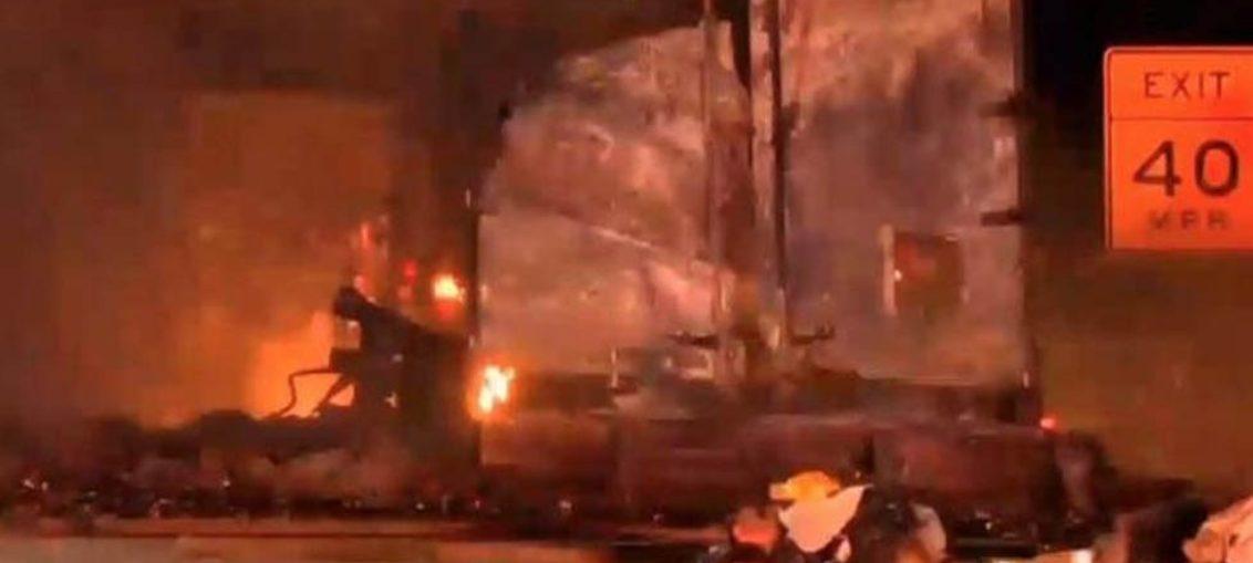 Explota camión cargado de desodorantes en aerosol