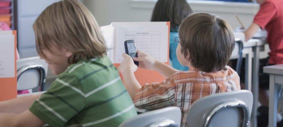 Prohíben a niños galos tener celulares en escuelas