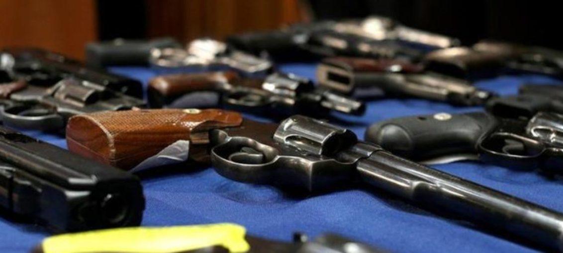 Detienen en Miami Beach a borracho con arsenal de armas