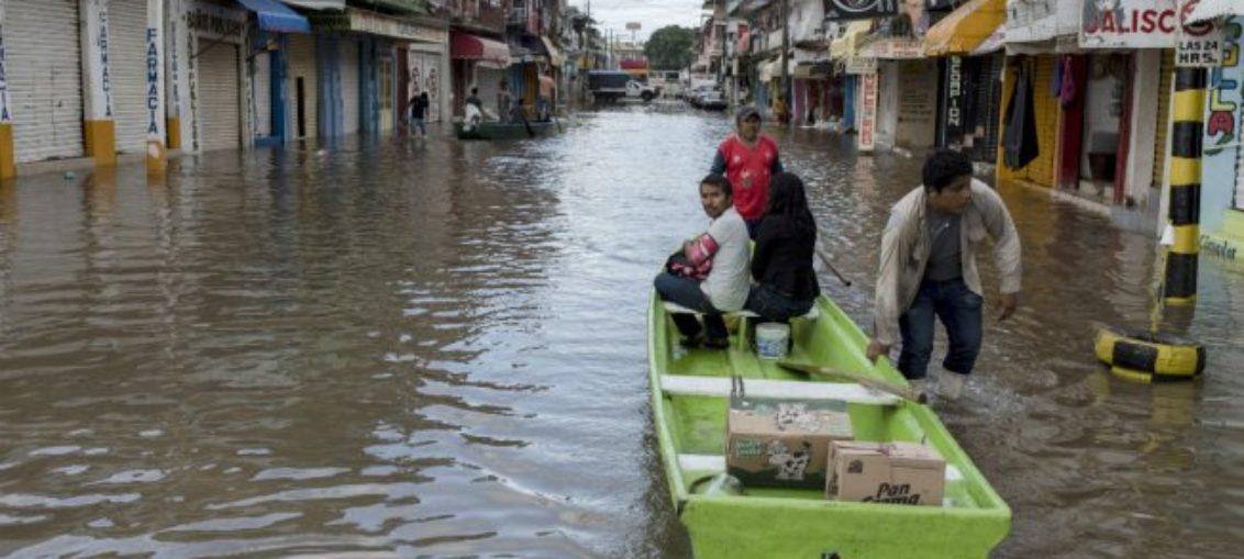 Huracán Willa toca tierra en costas de México
